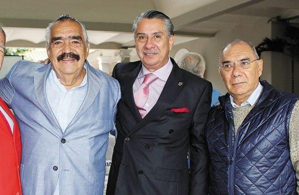El abogado y empresario, Rafael Arámburu, al centro, de traje oscuro.